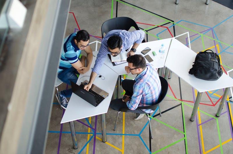 team seduto al tavolo - fattori ESG e accesso al credito