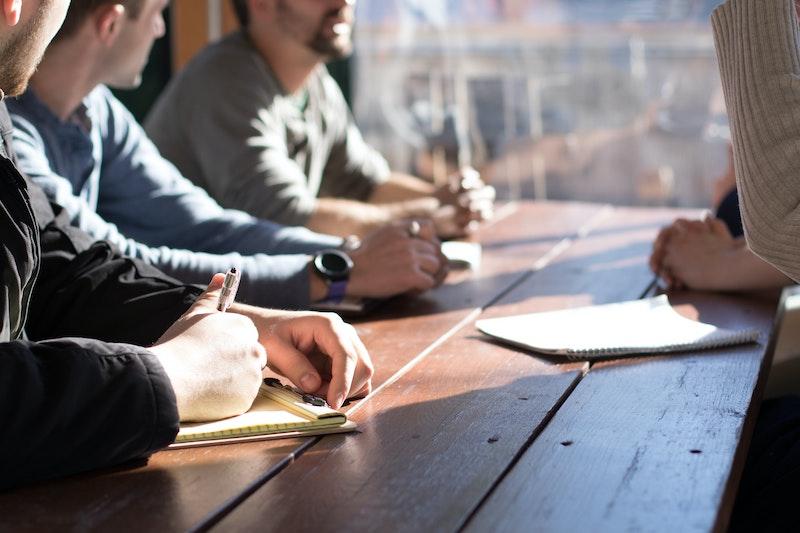 uomini parlano al tavolo - accesso al credito linee guida Eba