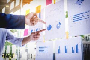 uomini davanti a un grafico, calcolo degli indici della crisi di impresa