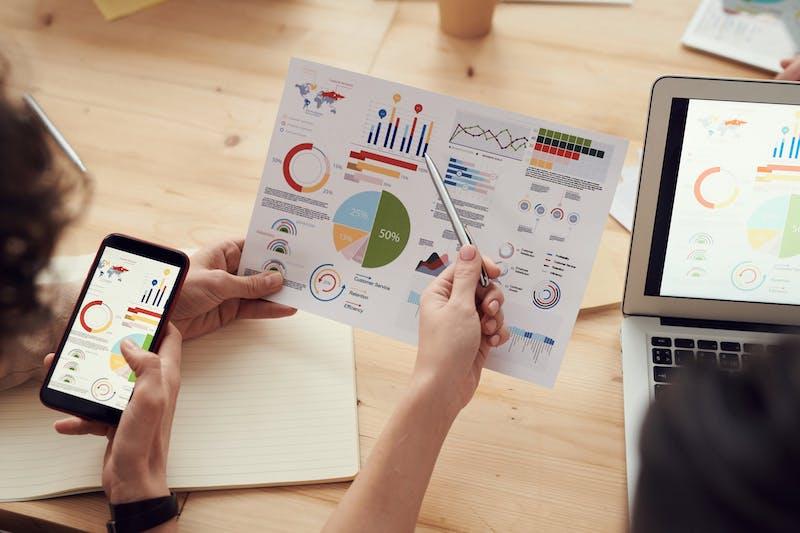 mano mostra grafico - come affrontare linee guida Eba aziende